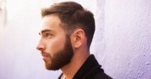 Густая борода у молодого мужчины