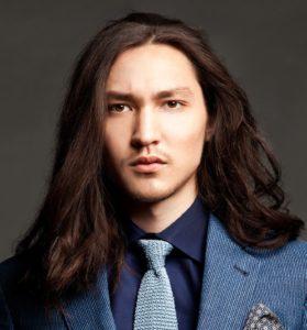 Длинные волосы с прямым пробором