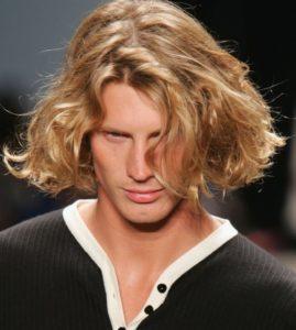 Прическа на вьющиеся волосы