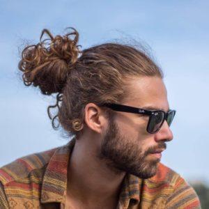 топ кнот на вьющихся волосах