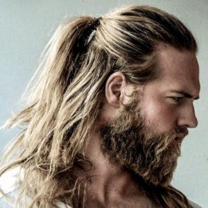 длинные волосы с бородой в скандинавском стиле