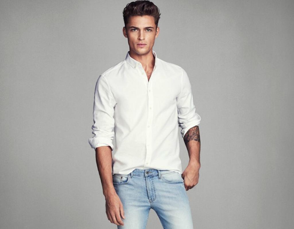 Мужчина в рубашке и джинсах