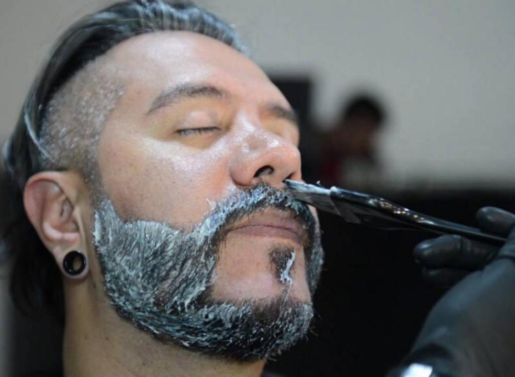 Нанесение осветляющего раствора на бороду