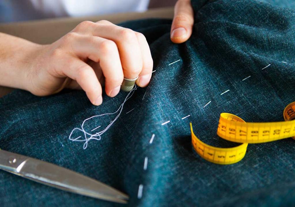 Джинсовая ткань, сантиметровая лента, ножницы