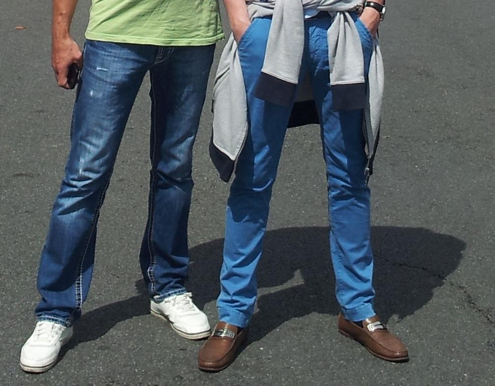 Мужские ноги в джинсах и обуви