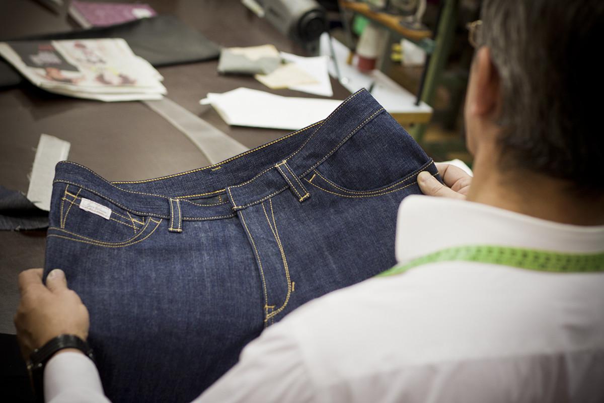 Мужчина держит джинсы