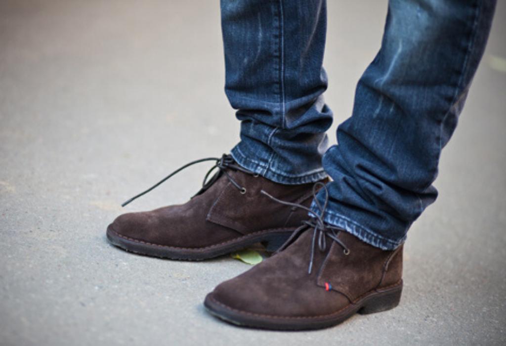 Мужские ноги в ботинках и джинсах