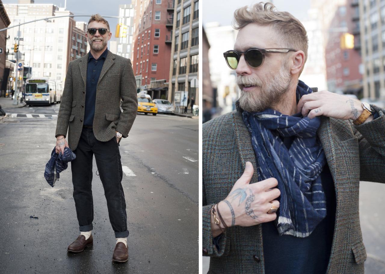 Мужчина в джинсах пиджаке и шарфе