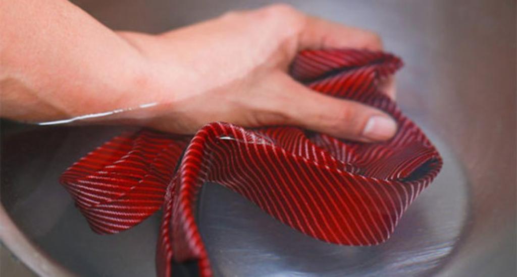 Ручная стирка галстука