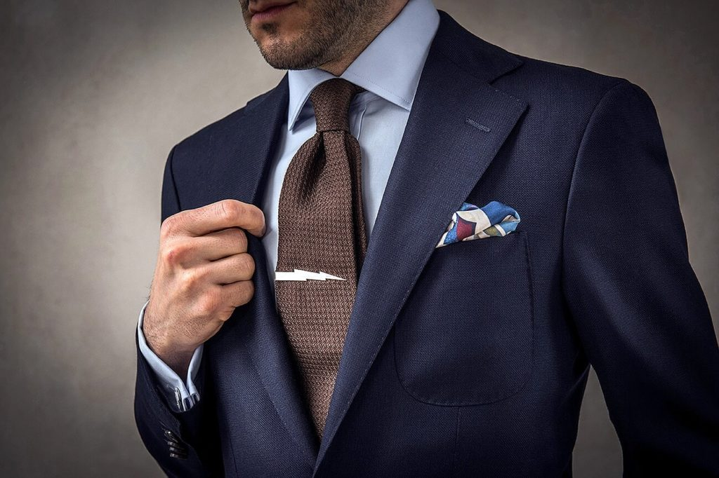 Мужчина в костюме, галстуке с зажимом
