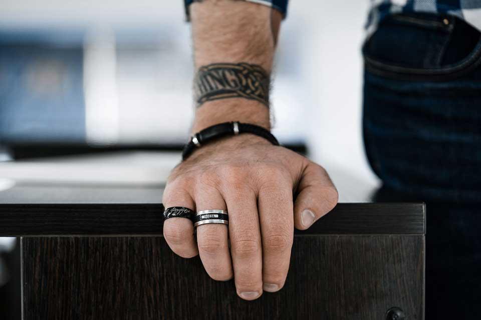 Мужская рука с кольцами