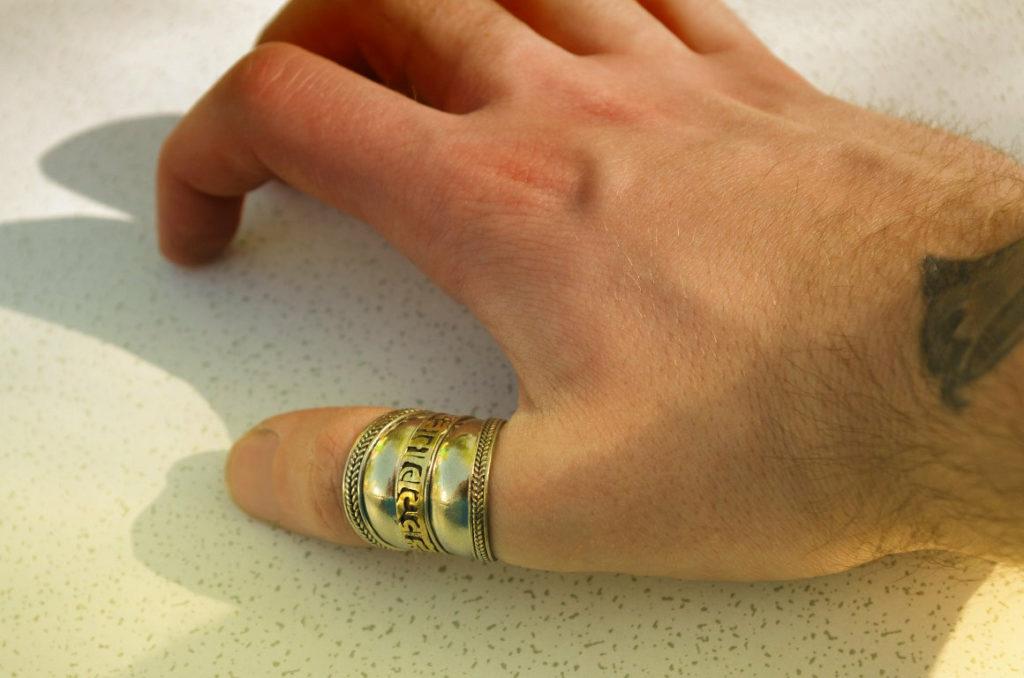 Мужская рука с кольцом